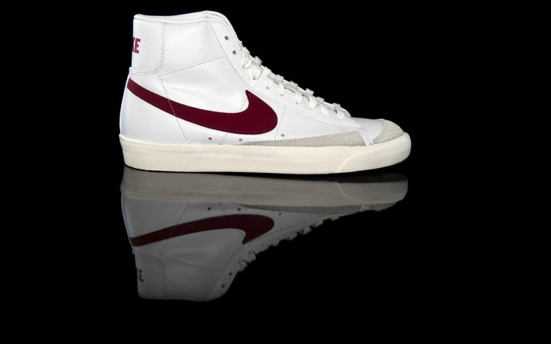 Trampki i tenisówki Nike Blazer Mid 77 – jak nosić modny model butów z podwyższoną cholewką?